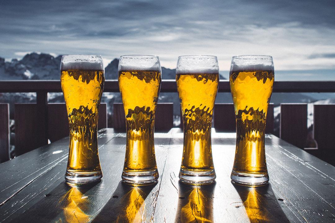 4 Biere auf dem Tisch mit schöner Hintergrundkulisse