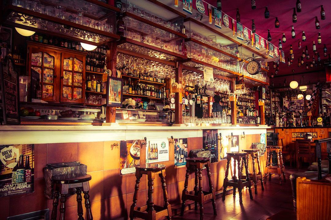 Bier-Bar mit verschiedenen Bieren aus aller Welt