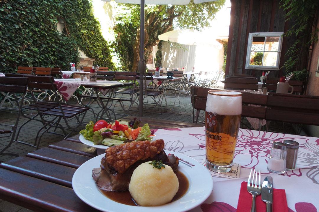 """Scheufele, Knödel und Bier im Restaurant """"Scheufelewärtschaft"""" in Nürnberg"""