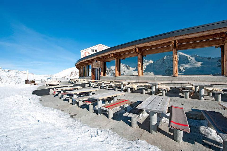 Aussenansicht Berghaus Diavolezza am Nationalfeiertag