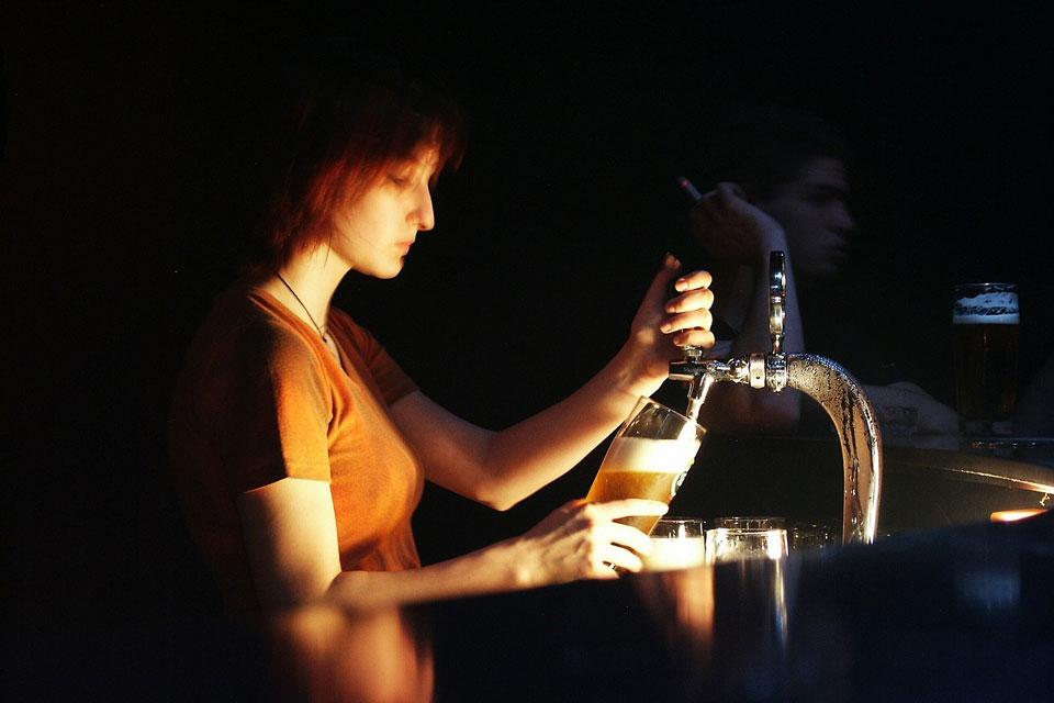 Eine Frau zapft ein Draft beer