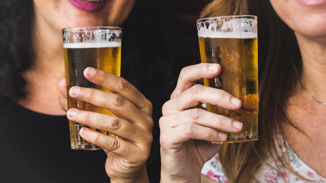 Zwei Biertrinkerinnen mit einem Glas Bier