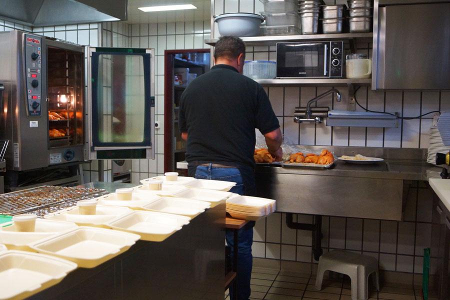 In der Küche werden die Speisen für den Abholservice zubereitet